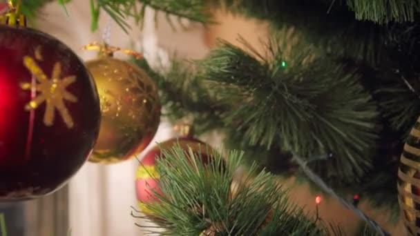 Detailní videa 4k kamera pomalu se uvnitř zdobené vánoční strom