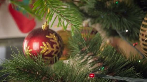 Closeup 4k záběry z kamery pohybující se mezi větvemi nazdobený vánoční stromeček