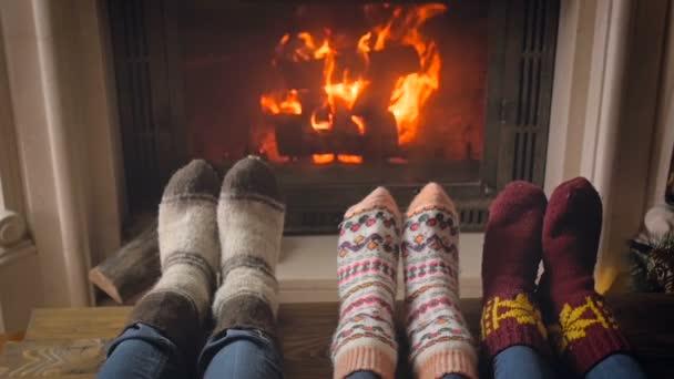 Tónovaný zpomalené video z rodinného odpočinku v obývacím pokoji vedle hořící krb