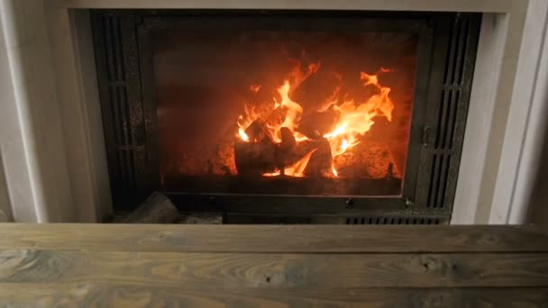 Slow Motion Aufnahmen Von Brennenden Kamin Im Wohnzimmer Mit Schreibtisch Aus Holz