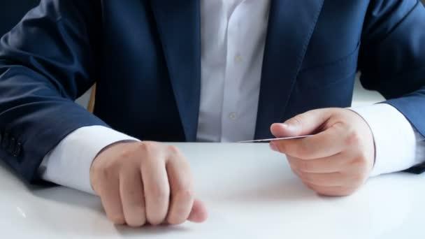 Closeup 4k záběry mladého podnikatele výběr kreditní kartou kovových mincí. Koncept moderních technologií v oblasti financí