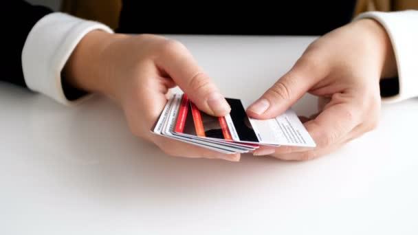Vértes 4k felvételeket számolás hitelkártyák sok fiatal nő