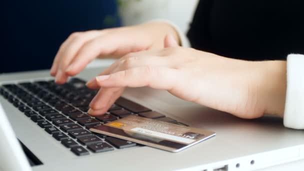 Nahaufnahme 4k Filmmaterial einer jungen Frau bei Online-Einkäufen mit Kreditkarte