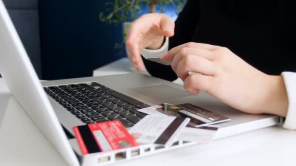 Nahaufnahme 4k Video einer jungen Frau beim Versuch, verschiedene Kreditkarten zu verwenden, während sie Online-Einkäufe im Geschäft im Internet tätigt