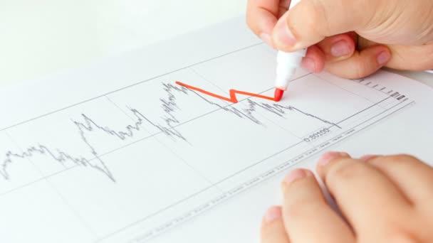 4k vértes felvételek üzletember, rajz, diagram a csökkenő Bitcoin. A pénzügyi válság a cryptocurrency fogalmát