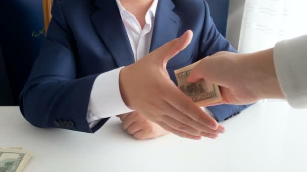 Closeup 4k záběry z osoby poskytující peníze jako úplatek protřepávání rukou poškozené politik