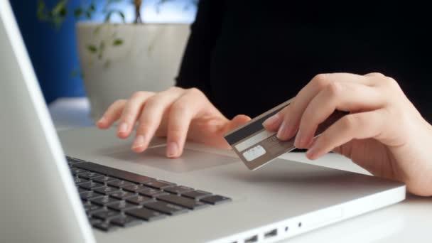4k Filmmaterial von Frau, die Kreditkartennummer eingibt, während sie Einkäufe im Online-Shop tätigt