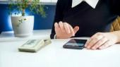 Detailní podobu mladé ženy pomocí smartpone Kalkulačka při počítání finance
