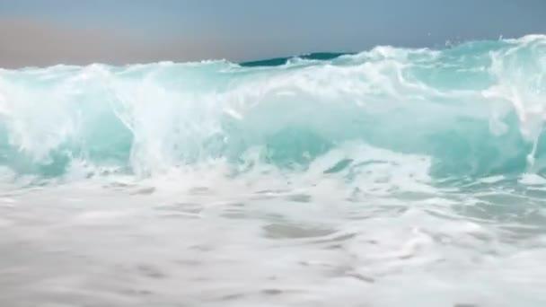 Pomalý pohyb 4k video o rozbíjení velkých oceánských wabů na pláži