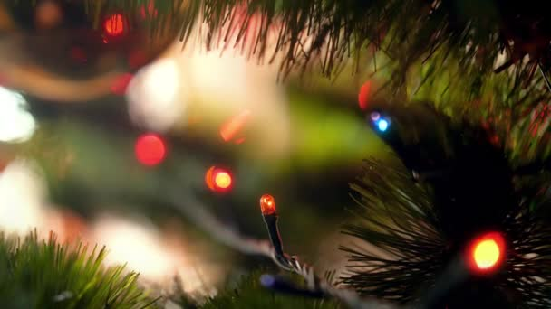Maskování makra s barevným třpytím a blikáním LED svítí na Garland na vánočním stromku. Perfektní záběr na zimní prázdniny a oslavy