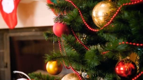 4k záběry z fotoaparátu pomalu se pohybující směrem k krásné ozdobné cetky visící na větvích vánočního stromku. Perfektní záběr pro zimní oslavy a svátky