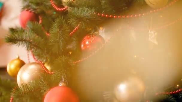 4k záběry šumivého bokeh a vánočního stromku na pozadí. Perfektní záběr na zimní oslavy a svátky