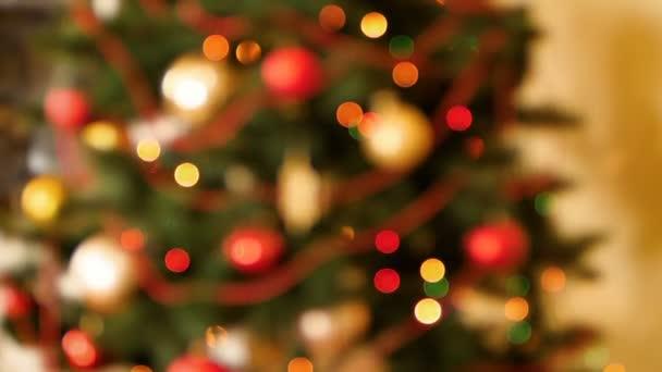 Pomalý motin, zaostale, na vánočním stromku se světlými kruhy nebo strašnicemi barevných světel. Perfektní záběr na zimní oslavy a svátky