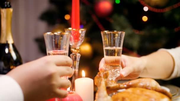 Nahaufnahme Zeitlupe Video von romantischen jungen Paar trinken Champagner und klinkende Gläser während der Feier Weihnachten oder Neujahr.