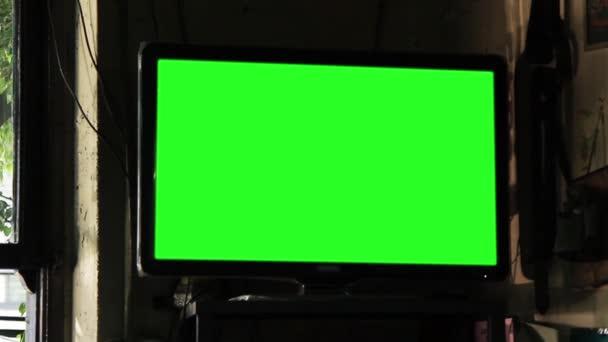 Zelená obrazovka televize v baru. Chcete vyměnit fabion se záběry nebo obrázek. Můžete to udělat s efektem klíčování (Chroma Key). Detail. Zoom in Full Hd.