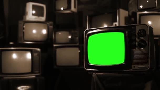 Számos TV-vel, zöld képernyő bekapcsolása. Szépia tónusú. A 80-as években az esztétika. Készen áll a helyére zöld képernyő-val minden felvétel, vagy kép ön akar. Full Hd.
