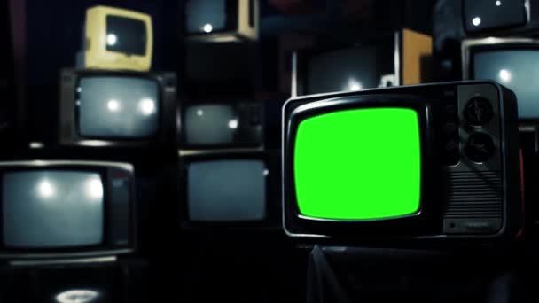 Régi Tv zöld képernyő-val sok TV-vel felszerelt Zoom In. kész helyett zöld képernyő felvétel vagy kívánt képet. Meg tudod csinálni a beírása (Chroma Key) hatása az Adobe After Effects. Full Hd.