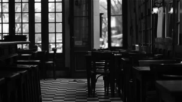 Interiér tradiční argentinské Cafe. Černá a bílá tón. Full Hd