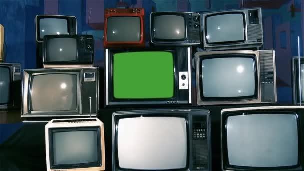 Régi Tv zöld képernyő és sok régi TV-vel felszerelt esztétikája a 80-as években. Kicsinyítés. Kék acél hangon. Készen áll a helyére zöld képernyő-val minden felvétel, vagy kép ön akar. Meg tudod csinálni beírása (Chroma Key) hatású. Full Hd.