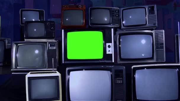 Régi Tv zöld képernyő és sok régi TV-vel felszerelt esztétikája a 80-as években. Kicsinyítés. Éjszakai hangon. Készen áll a helyére zöld képernyő-val minden felvétel, vagy kép ön akar. Meg tudod csinálni a Keying hatása. Full Hd.