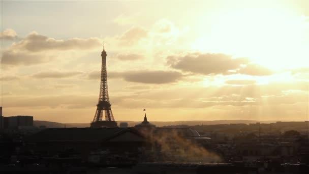 Paříž a Eiffelova věž při západu slunce (Francie). Pohled z terasy Lafayette.