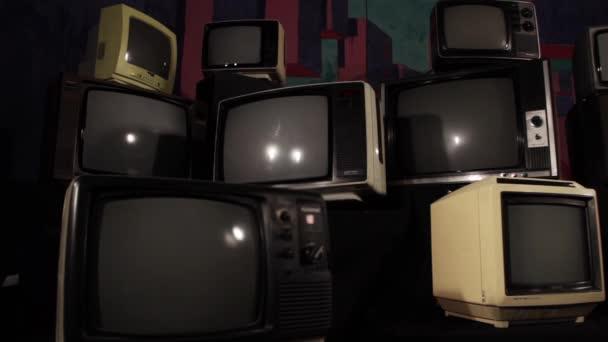 Régi Tv zöld képernyő-ban egy cölöp-ból sok régi TV-vel felszerelt vas hang. Zöld képernyő lecserélheti a felvételeket, vagy a kívánt képet. Meg tudod csinálni a beírása (Chroma Key) hatása az Adobe After Effects vagy más video szerkesztés szoftver (nézze meg oktatóanyagok).