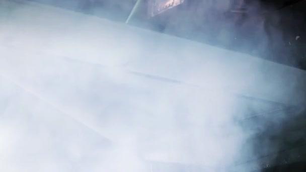 Düsenflugzeugflügel fliegt durch Wolken.