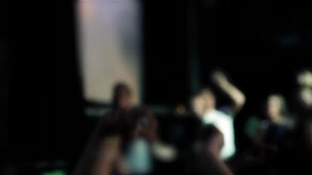 Homályos tömeg a koncert a színpadi fények.
