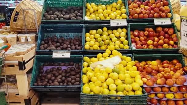 BUENOS AIRES / ARGENTINA - 01 02 2020: Jablka, citróny a zelenina v hypermarketu v Buenos Aires, Argentina. Přiblížit.