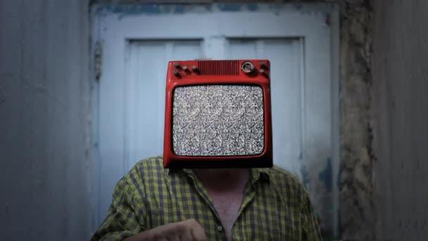Televizní muž s vlajkou Pobřeží slonoviny na obrazovce. Přiblížit.