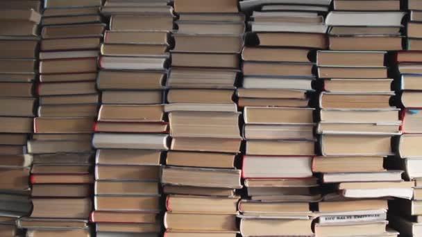 Hromádky knih v místnosti. Interiér knihovny knihomol