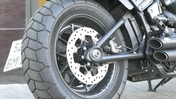 Podrobnosti o kolech a brzdách vrtulníku. Lesklý kov