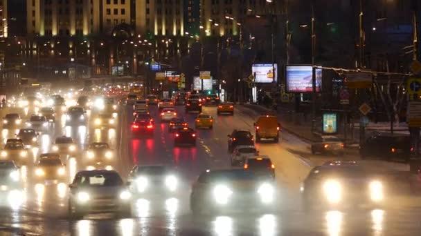 Automobilový provoz v blízkosti železniční stanice Paveletsky na zahrádce za soumraku