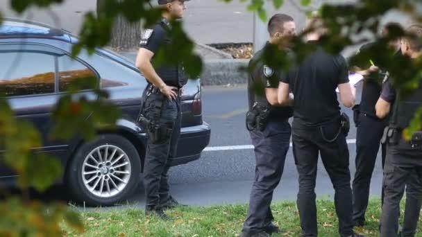 Policajti zastavili auto vetřelců. Muži v černých neprůstřelných vestách. Zatčení