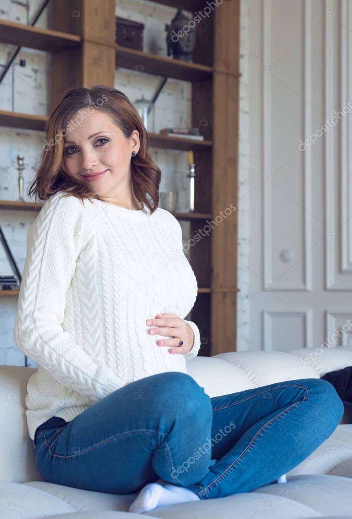 в белых джинсах на кровати - 13