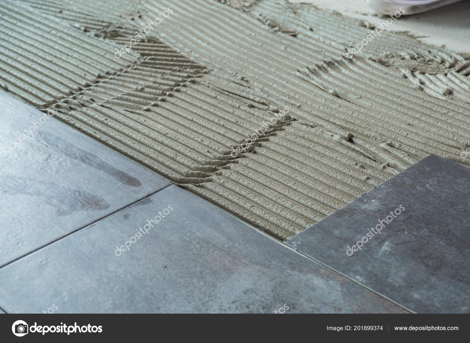 Pavimento ceramica grigio scuro piastrelle posate adesivo applicato