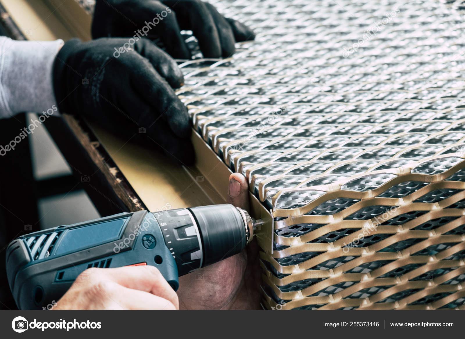 Los Trabajadores Perforan Agujeros Estructura Metálica Línea