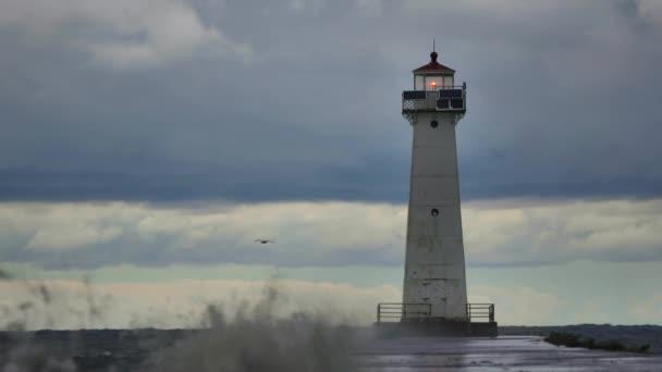 Klip majáku Sodus Bay v bouři