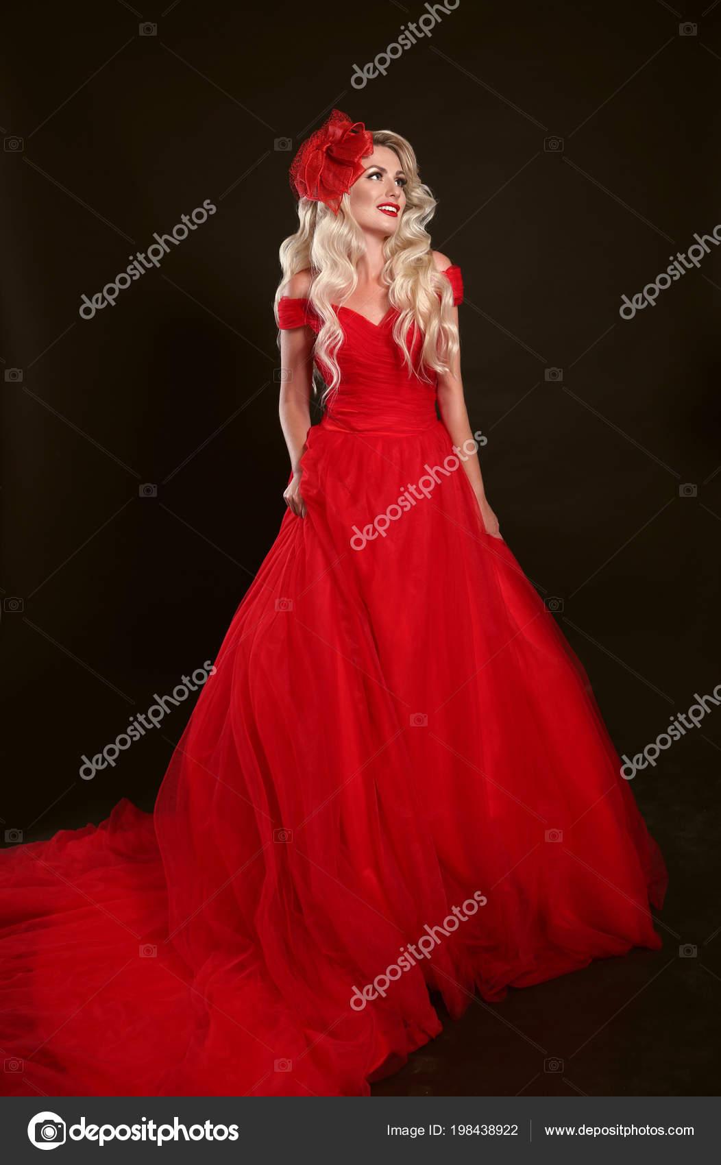 Blonde Frau Roten Kleid Und Eleganten Hut Auf Studio Schwarzen ...