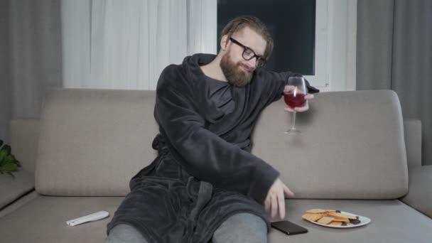 Vousatý muž sledování televize