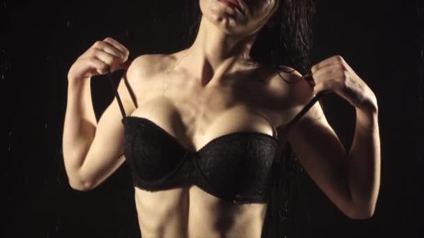 Fiatal nő megérinti a bőrét lassított felvételen fekete