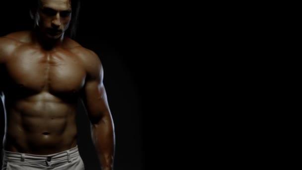 Fitness chlap ukazující svaly