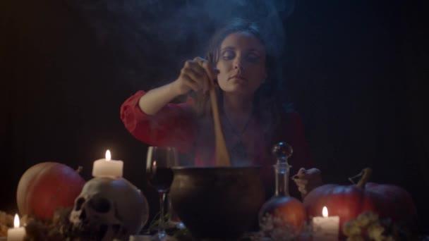 Fiatal boszorkány keveredik valami gőzölgő üstbe, lassított felvétel
