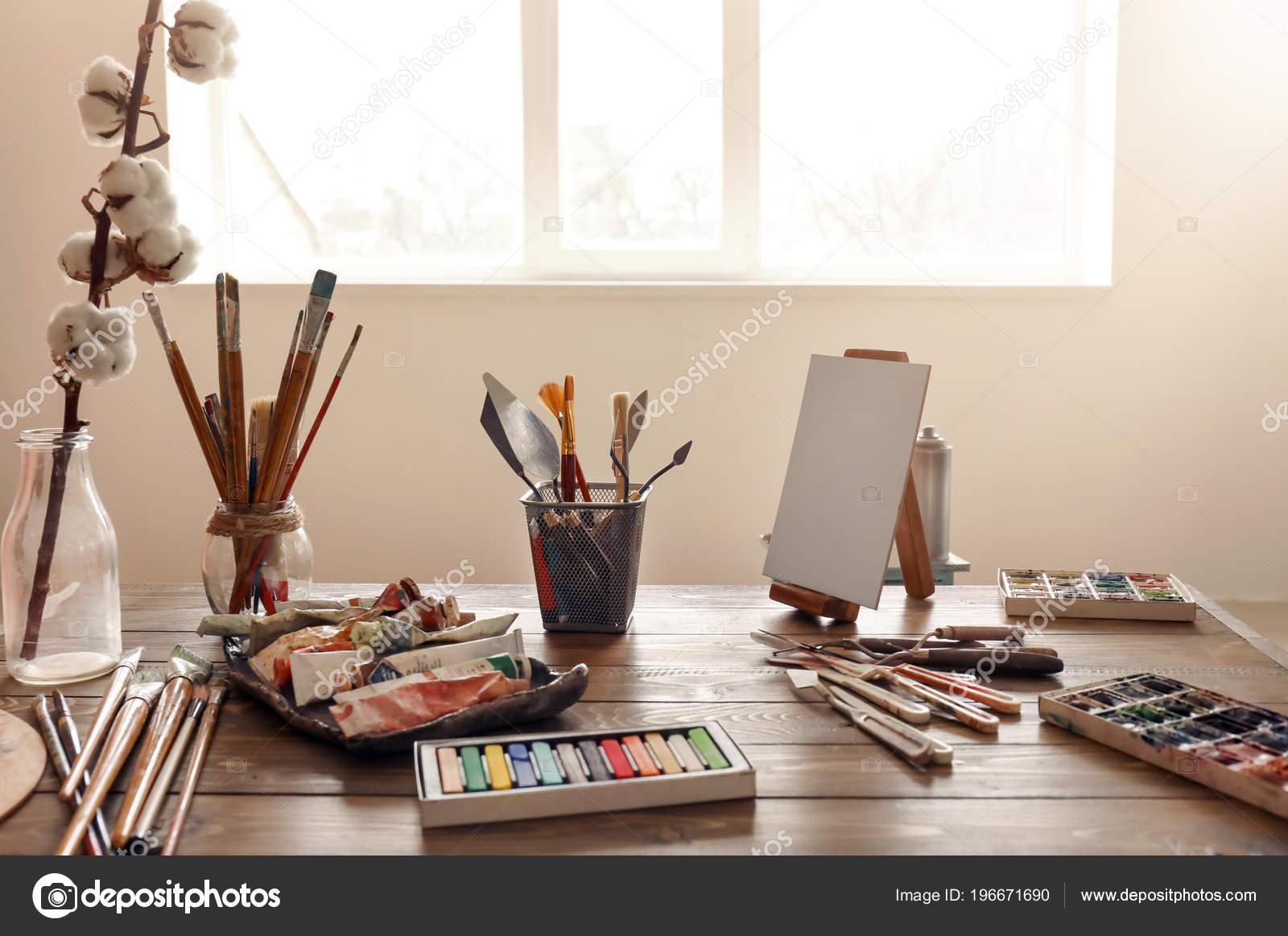 Verven hulpmiddelen houten tafel het atelier van kunstenaar