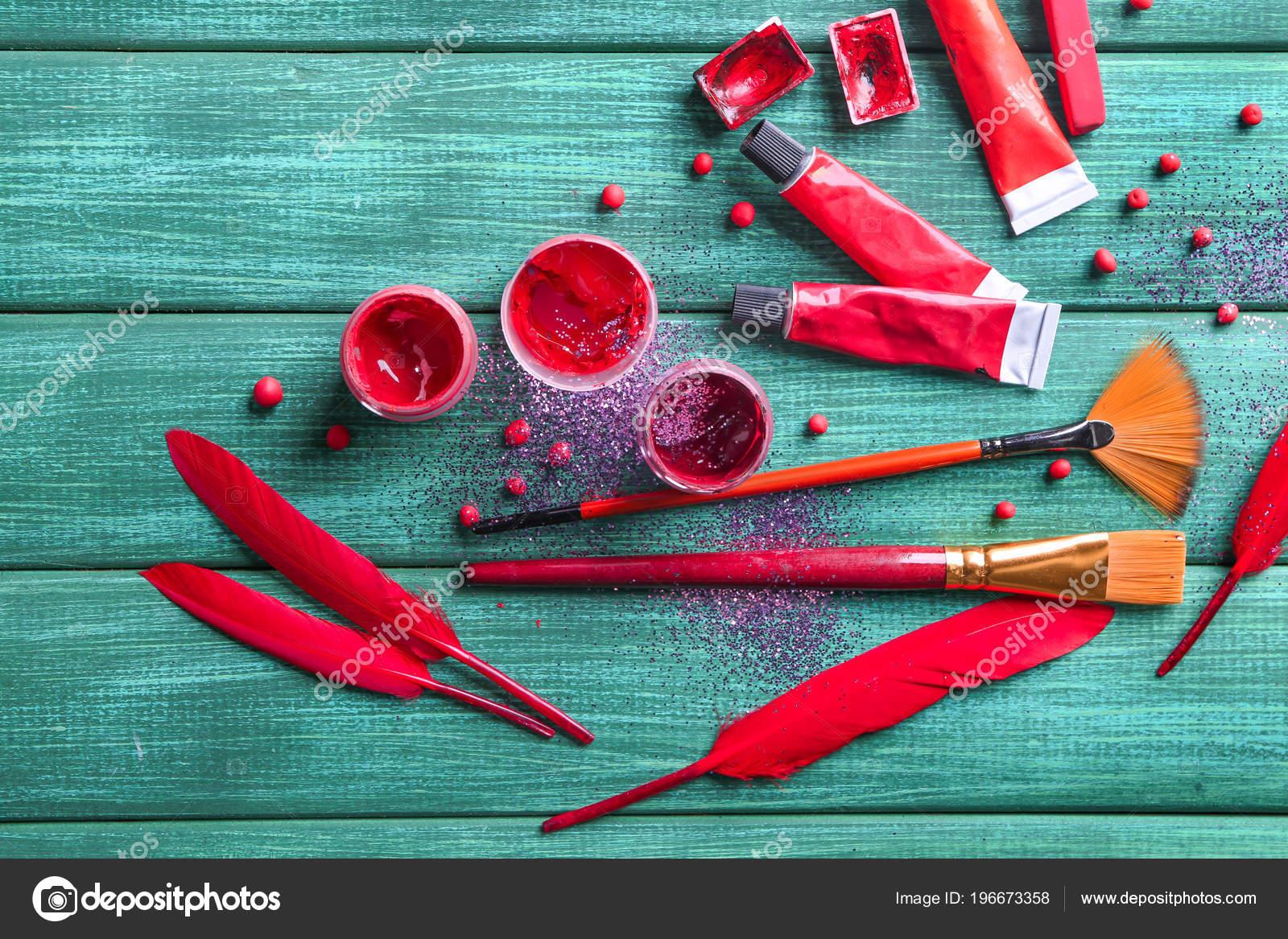 Potten buizen van verven met penselen houten tafel u stockfoto