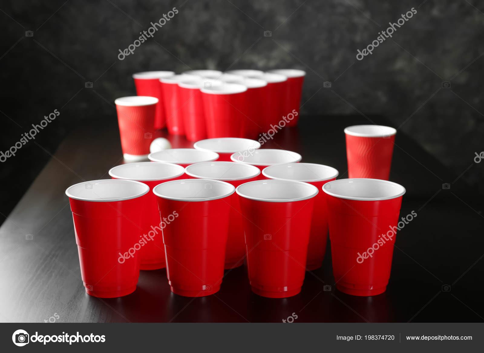 Cups voor bier pong tafel u stockfoto serezniy