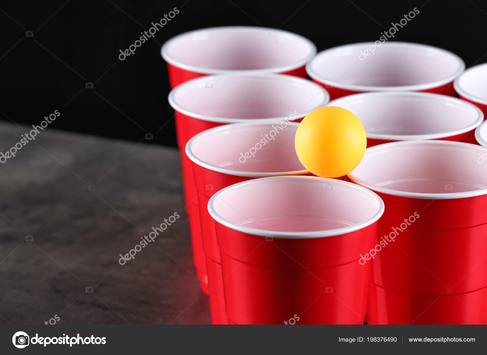 Bekers bal voor bier pong tafel close u stockfoto serezniy