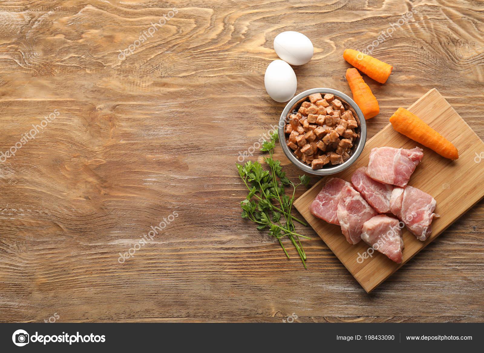 2a4a6744d7ba Σύνθεση Τροφές Ζώων Συντροφιάς Και Διαφορετικά Προϊόντα Φόντο Ξύλινη —  Φωτογραφία Αρχείου