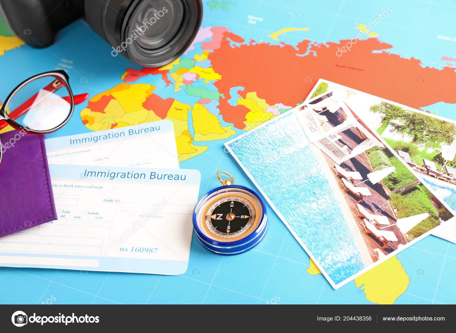Komposition mit kompass und immigration bureau karten auf weltkarte