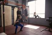 Mladý sportovní pár společně cvičit v tělocvičně